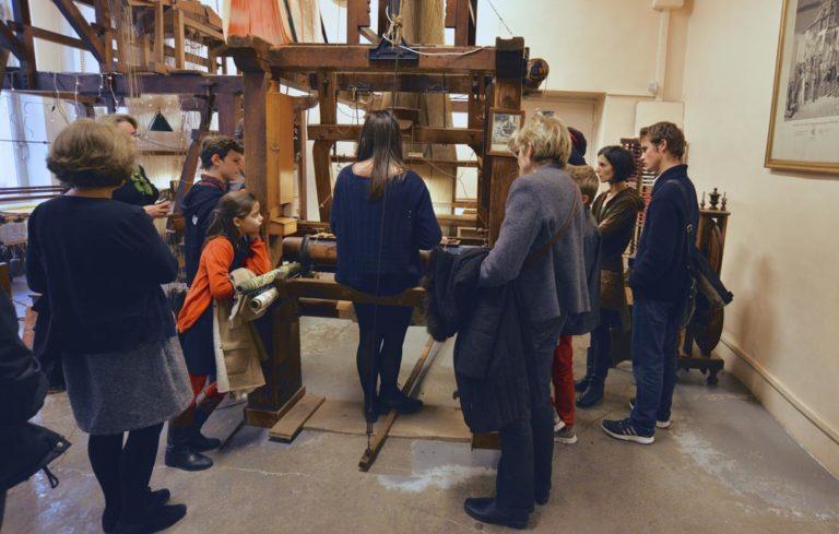 -maison-des-canuts-lyon-croix-rousse-musee-soie-tissage-atelier-jacquard-scolaire-groupe--boutique-foulard-soie-lyon