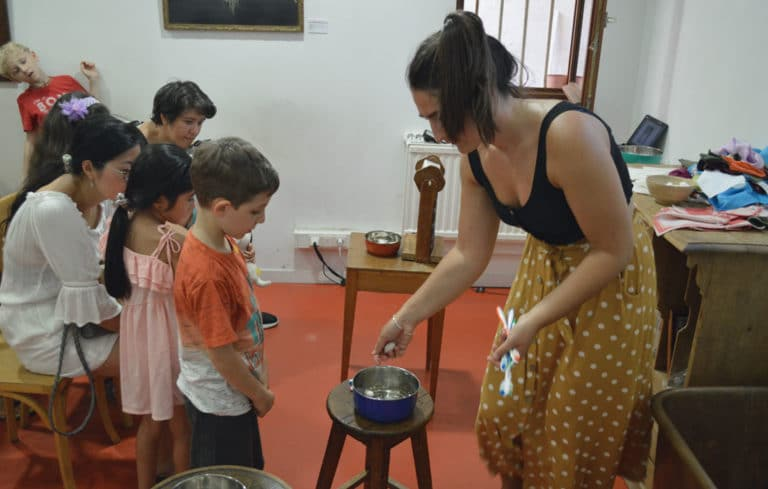 -maison-des-canuts-lyon-croix-rousse-musee-soie-tissage-atelier-jacquard-scolaire-groupe-musee-boutique-foulard-soie-lyon