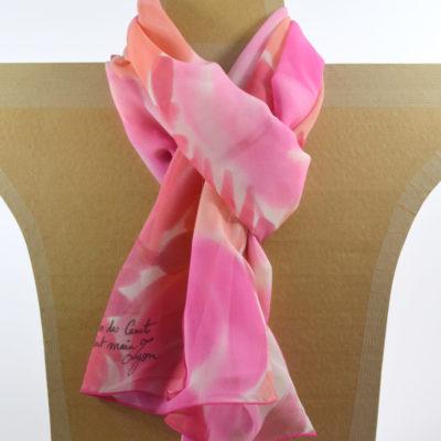 Foulard en mousseline de soie peint main fleurs stylisées camaïeu rose - maison des canuts - lyon - croix rousse - made in france - boutique et magasin de soie à lyon