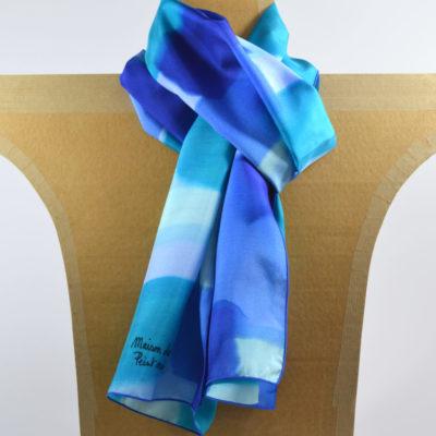 foulard-peint main-ponge-soie-bleus_maison des canuts- lyon - croix rousse - made in france - boutique et magasin de soie à lyon