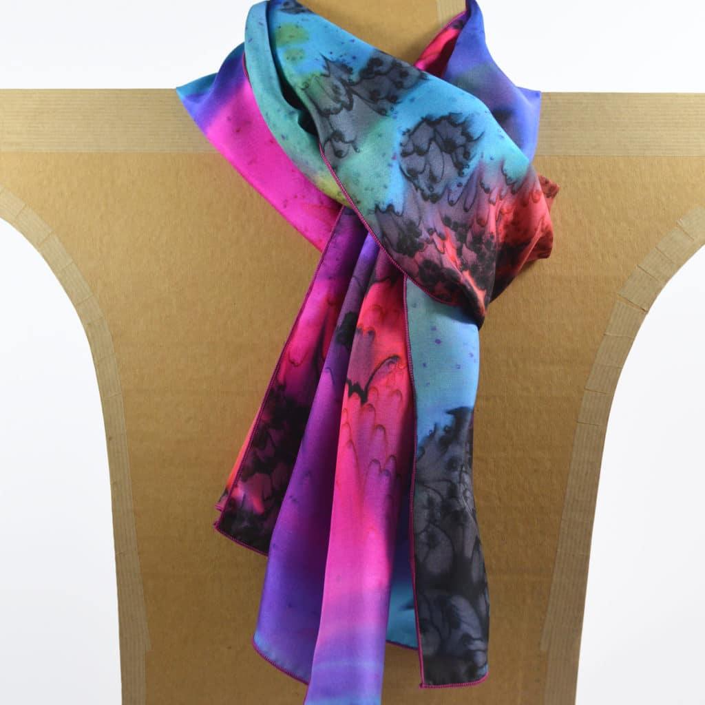5eca204df8c Foulard en soie à effet de « plumes » noir-bleu-rose. 🔍. Foulard en soie  ...