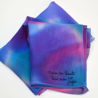 Foulard en mousseline de soie peint main Camaïeu bleu violet - maison des canuts - lyon - croix rousse - made in france - boutique et magasin de soie à lyon