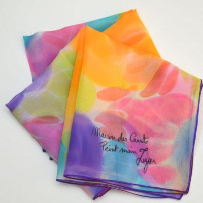 Foulard en mousseline de soie peint main fleurs stylisées bleu orangé - maison des canuts - lyon - croix rousse - made in france - boutique et magasin de soie à lyon