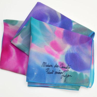 cb834ba278d4 ... Foulard en mousseline de soie peint main fleurs stylisées bleu rose -  maison des canuts -