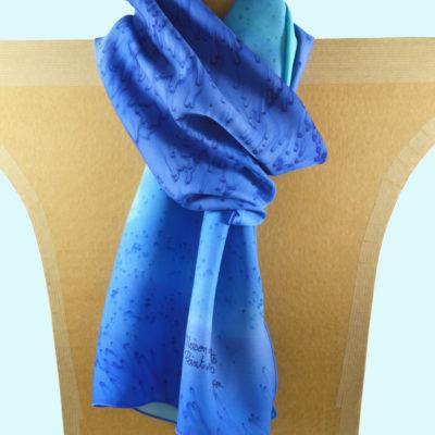 Foulard en satin de soie -effet de plumes degrade de bleu 1-peint main -boutique - foulard- soie- lyon