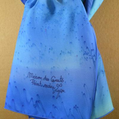 Foulard en satin de soie -effet de plumes degrade de bleu 3-peint main -boutique - foulard- soie- lyon