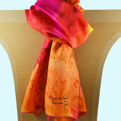 Foulard en satin de soie -effet de plumes jaune et rouge orange 1-peint main -boutique - foulard- soie- lyon