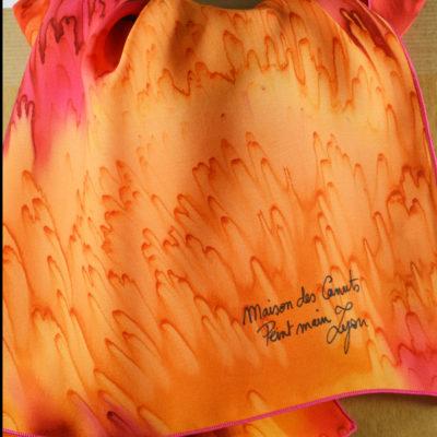 Foulard en satin de soie -effet de plumes jaune et rouge orange 3-peint main -boutique - foulard- soie- lyon